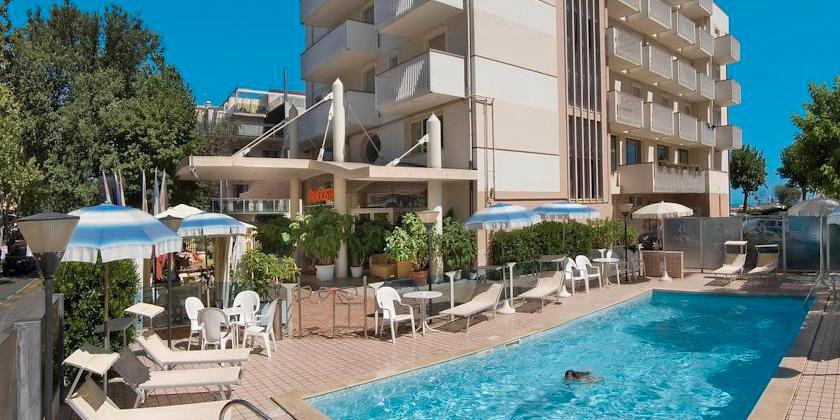 vacanza pensione completa in hotel 3 stelle superior con piscina sul lungomare di rimini